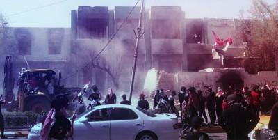 محتجون-يهدمون-مقاراً-حزبية-في-محافظة-ذي-قار-جنوبي-العراق