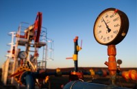 النفط-يقفز-4-بالمئة..-والأسعار-تتخطى-حاجز-الـ28-دولارا-للبرميل