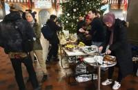 كوبنهاغن..-مسلمون-يقدمون-مأكولات-بمناسبة-عيد-الميلاد