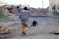 فلسطيني-ينقذ-طفلا-أصابه-الاحتلال-ويتلقى-رصاصة
