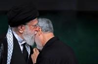 خامنئي-يقلد-سليماني-أرفع-وسام-حربي-في-إيران..