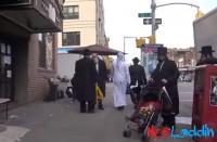 مسلم-ويهودي-يسيران-معا-في-نيويورك..-كيف-رد-المارة