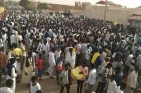 آلاف-السودانيين-يواصلون-الاعتصام-أمام-مقر-وزارة-الدفاع