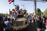 متظاهرو-السودان-يرفضون-بيان-بن-عوف..-سرقة-للثورة