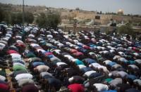 وزير-إسرائيلي-للمسلمين:-ادخلوا-عبر-البوابات-أو-صلوا-خارجا