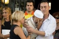 مؤثر..-إمام-يبكي-طفلا-قتل-بهجوم-برشلونة-وأبواه-يواسيانه